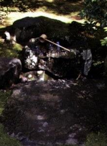 Tsukubai – umivalno korito Pred prihodom v čajno sobo se gosti sprehodijo mimo kekkai – območij, ki ločujejo sveto od posvetnega. Eno izmed teh območij je tsukubai na vrtu pred čajno sobo, kamnito korito kjer si udeleženci umijejo roke pred obredom. Ime za korito prihaja iz besede tsukubau, ki pomeni poklekniti. Običaj je, da gostje pokleknejo pred koritom pred vstopom v čajno sobo, kjer si obredno umijejo roke in usta.